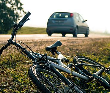 leżący rower przy ulicy