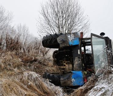 wywrócony traktor